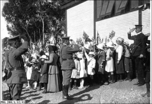 Soldiers and school children at the end of World War I,