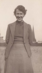 Figure 1 Jean Blackburn in 1943, recent Economics graduate and emplyed in the federal Department of War Organisation of Industry