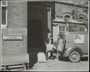 Mail pick-up at Blackfriars. 15051_a047_003374; c. 01/01/1946 © State of New South Wales through the State Records Authority of NSW